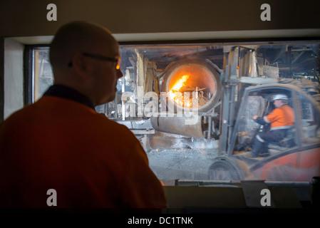 L'observation du contrôleur de l'usine de recyclage de l'aluminium au four Banque D'Images