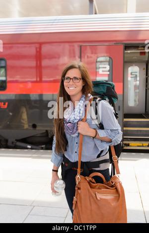 Femme backpacker en gare, Salzbourg, Autriche Banque D'Images