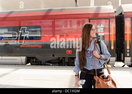 Les femmes qui arrivent en gare de backpacker, Salzbourg, Autriche Banque D'Images