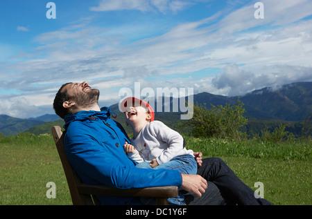 Père et fille riant de Banque D'Images