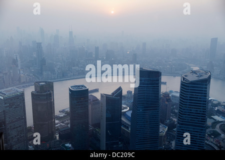 High angle view of misty cityscape, Shanghai, Chine Banque D'Images