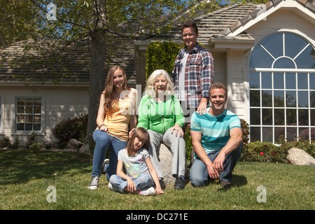 Portrait of three generation family in garden Banque D'Images