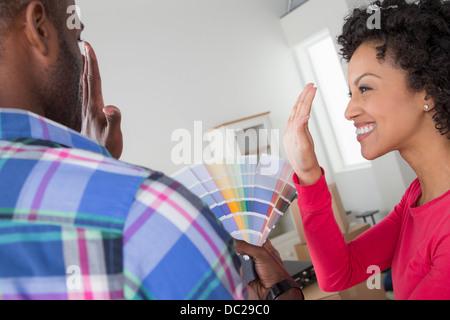 Couple avec échantillons de couleur Banque D'Images