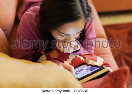 Adolescente avec livre électronique Banque D'Images