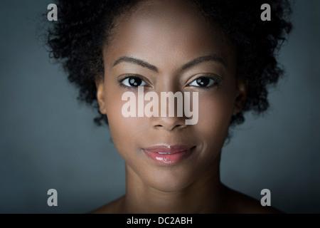 Portrait de femme aux cheveux afro Banque D'Images