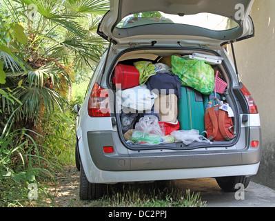 Voiture très pleine de valises et sacs avant de partir pour les vacances d'été Banque D'Images