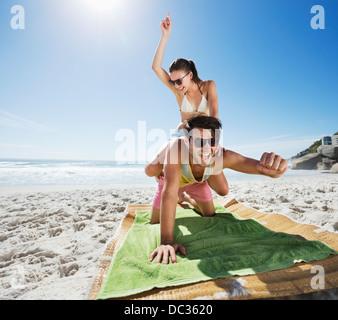 Usurpation de l'homme femme enthousiaste on beach Banque D'Images