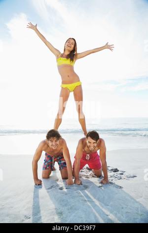 Portrait de femme debout sur les hommes est de retour sur la plage Banque D'Images