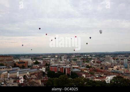 Une masse de Montgolfières de la Bristol Balloon Fiesta 2013 float passé la tour Cabot le soir Banque D'Images