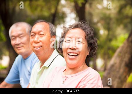 Happy asian seniors dans le parc Banque D'Images