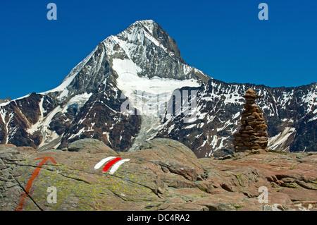 Blanc-rouge-blanc marque d'un sentier de randonnée, Mt Bietschhorn derrière, Loetschental, Valais, Suisse Banque D'Images