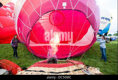 Bristol, Royaume-Uni. 09Th Aug 2013. Deux filles tenir un ballon au cours de la Bristol International Balloon Fiesta. Banque D'Images