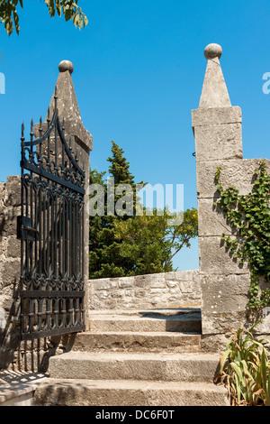 Porte de cimetière en Škrip sur l'île de Brač, Croatie Banque D'Images