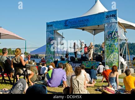 Concert de musique d'été en plein air par l'eau dans l'ouest de Vancouver - Le Jardines effectuer devant une foule Banque D'Images