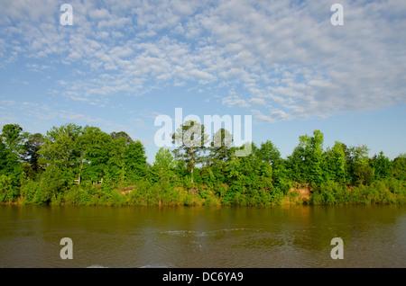 New York, rivière Tombigbee. Rivière typique vue de la voie navigable Tombigbee en été. Banque D'Images