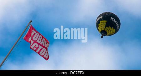 Bristol, Royaume-Uni. Août 11, 2013. Un ballon à air chaud passe au-dessus de l'Usine de Tabac de Bristol, aujourd'hui Banque D'Images