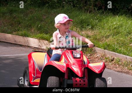 Little Girl Riding Quad Voir mon panier Banque D'Images