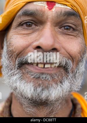Sadhu saint homme sur les rives de la rivière Ganges - Varanasi, Inde Banque D'Images