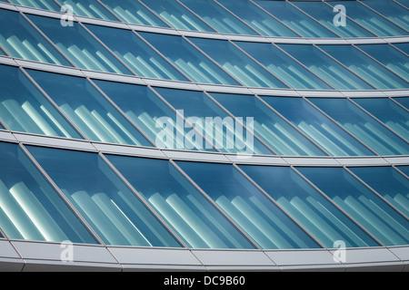 Des détails architecturaux d'un bâtiment moderne de verre et d'acier Banque D'Images