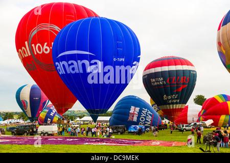 Bristol, Royaume-Uni, 10 août 2013, une sélection de ballons gonfler et se préparer pour soulever à la 35e Bristol Banque D'Images