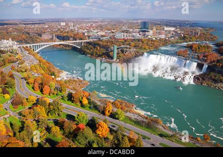 Scenic Vue aérienne de American Falls et Niagara River avec pont en arc-en-ciel reliant l'Ontario et l'État de New Banque D'Images