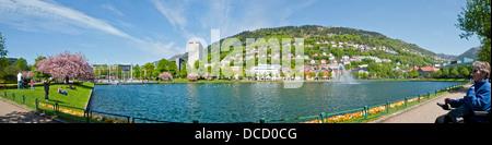 Panorama de Bergen montrant Lille Lungegardsvannet Lake dans le centre-ville avec la montagne au-delà de Floyen Banque D'Images