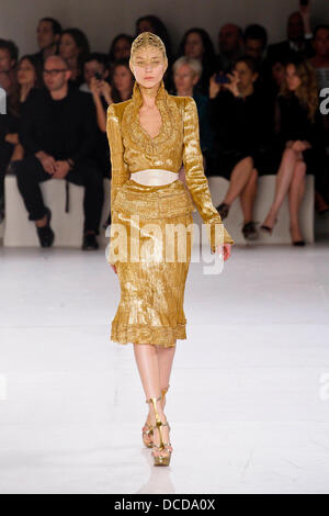 efe02d43e482 ... Model Paris Fashion Week printemps-été 2012 Prêt à Porter - Alexander  McQueen - Paris
