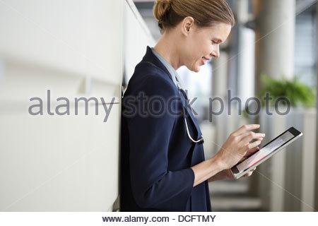 Vue latérale du doctor using digital tablet Banque D'Images