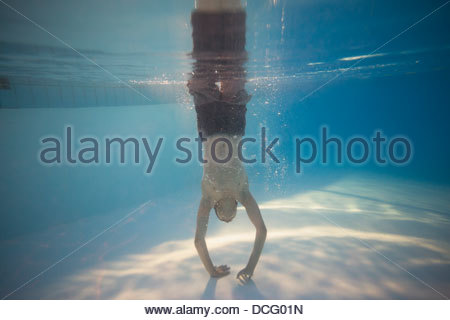 Sous-vue de girl in swimming pool Banque D'Images