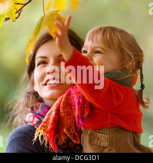 Mère et fille dans le parc