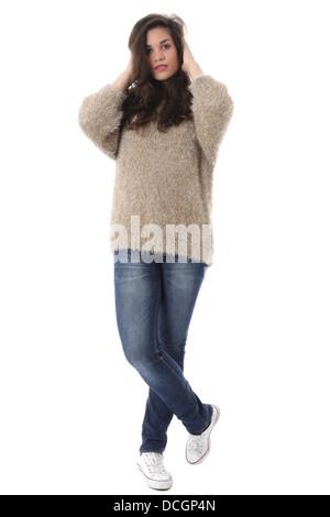 Parution du modèle. Jeune femme portant des jeans et d'un cavalier de laine couvrant les oreilles Banque D'Images