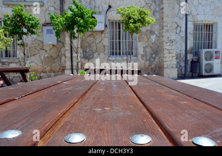 Table et chaises en bois de jardin Banque D'Images
