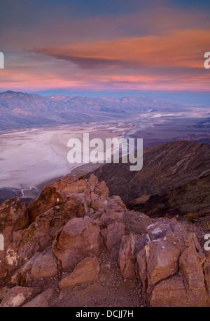 La lumière du matin et nuages sur saltpan à Badwater Bassin, de Dantes View, Death Valley National Park, Californie