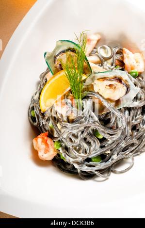 Fruits de mer spaghetti noir Banque D'Images