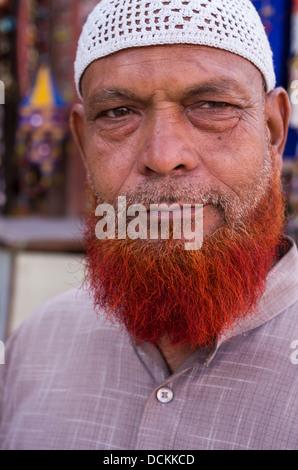 La prière musulmane homme portant chapeau Taqiyah avec barbe orange et Jaipur, Rajasthan, Inde Banque D'Images