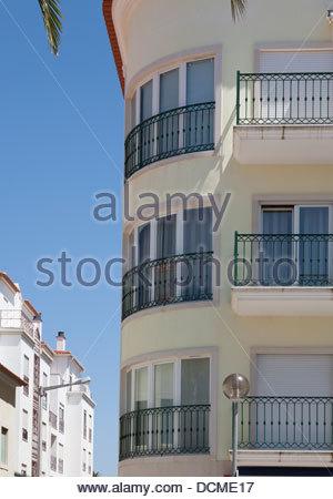 Le coin d'un bloc d'appartement à Sao Martinho do Porto sur la Côte d'argent portugaise Banque D'Images