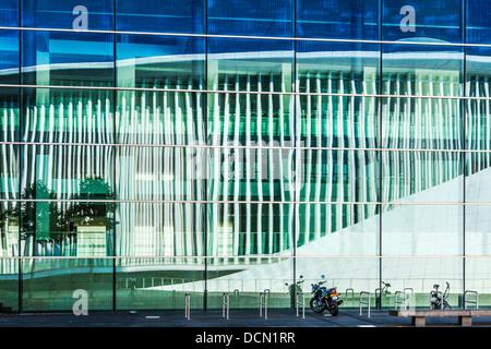 Les colonnes en acier blanc de la salle de concert Philharmonie reflète dans la conférence européenne et centre Banque D'Images