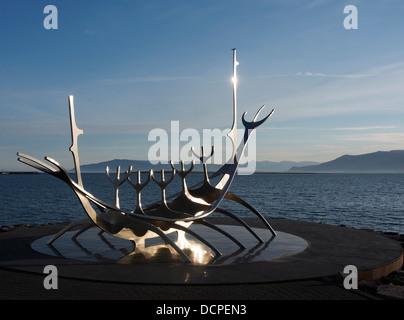 Bien voyager (Sólfar) bateau viking sculpture, Reykjavik, Islande Banque D'Images