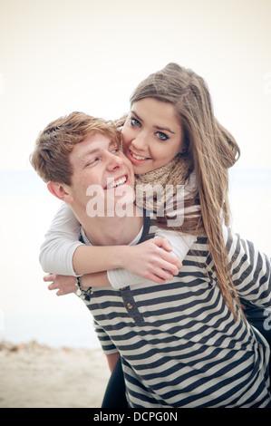 Obtenir une adolescente de son petit ami de ferroutage Banque D'Images