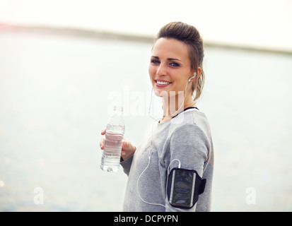 De l'eau femme sur une pause de l'eau en bouteille holding