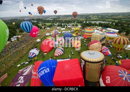 Bristol International Balloon Fiesta 2013, montrant l'ascension de masse et le débarquement de plus de 100 ballons Banque D'Images
