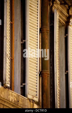 Vieille fenêtre avec des volets en bois Banque D'Images