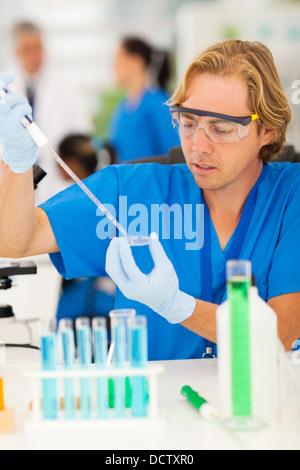 Travail scientifique au laboratoire avec des collègues de travail sur l'arrière-plan Banque D'Images