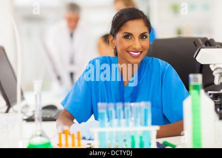 Belle jeune chercheur indien working in lab Banque D'Images