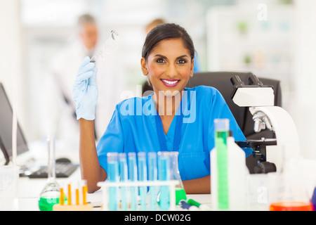 Jeune chercheur indien portrait in lab Banque D'Images