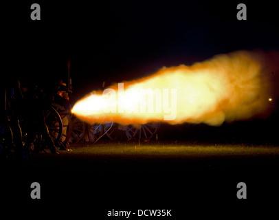 Le canon gronde au cours de la promulgation de la nuit bombardements de la Bataille de Fort George. Banque D'Images