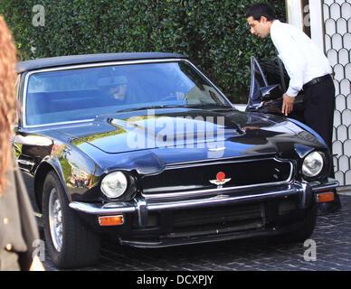 Halle Berry feuilles dans un noir Aston Martin V8 Vantage Volante après le déjeuner à West Hollywood. Los Angeles, Banque D'Images