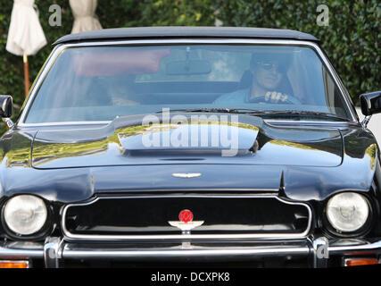 Halle Berry quitte avec Olivier Martinez au volant d'une Aston Martin V8 Vantage Volante après le déjeuner à West Banque D'Images