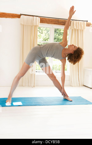Woman Practicing Yoga dans le Triangle poser