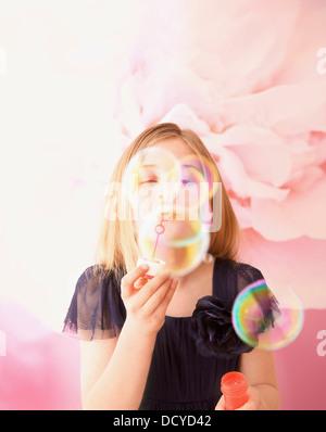Girl Blowing Soap Bubbles Banque D'Images